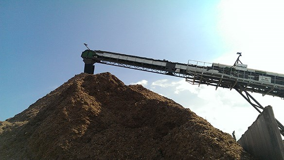 telescopic conveyor stockpiling woodchips